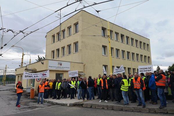 Štrajkujúci pred DPMP.
