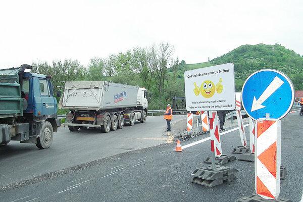 Momentu otvorenie nového mostu v Nižnej sa nevedeli dočkať mnohí vodiči.