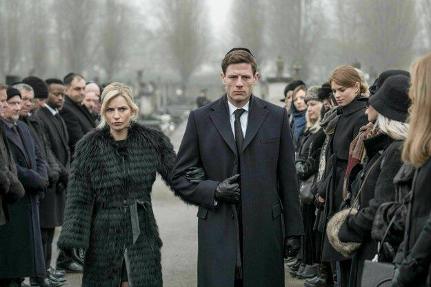 Osemdielny britský seriál McMafia podľa knihy Mishu Glennyho sa zameriava na Alexa Godmana (James Norton), syna ruských prisťahovalcov napojených na mafiu, ktorí sa usadili v Anglicku.