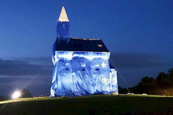 Dražovský kostolík pod vlajkou.