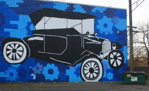Ford T na stene starého skladu v Detroite.