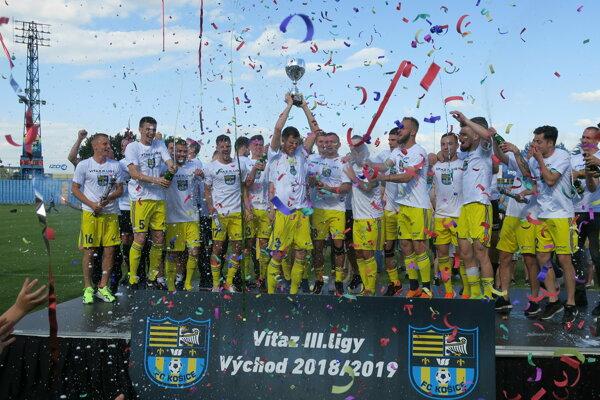 Futbalisti FC Košice oslavujú postup do druhej ligy.