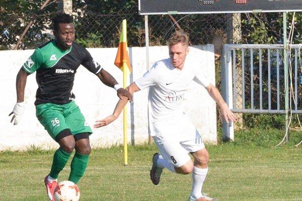 Na archívnej snímke v bielom Tamás Bíró, ktorý prispel k výhre Vydrian výborným výkonom a jedným gólom.