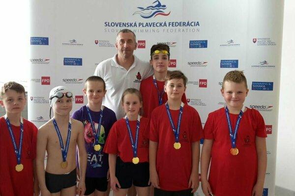 Topoľčianski plavci na pretekoch v Považskej Bystrici.