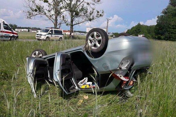 Po nehode zostalo auto na streche.