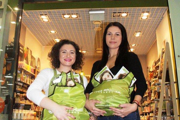 Veronika Vargová (vpravo) si odniesla z predajne Yves Rocher dve tašky plné kvalitnej kozmetiky. Poteší ňou aj futbalistov. Blahoželala jej Eva Styková Čechová.