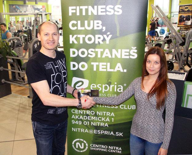 Rozhodkyňa Michaela Göndörová bude cvičiť vo fitku Espria. Voucher jej odovzdal Karol Pecze.