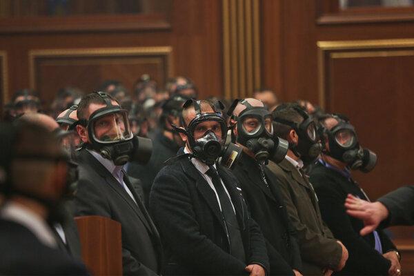 Plynová maska patrí do povinnej výbavy členovej ochrannej služby v parlamente.
