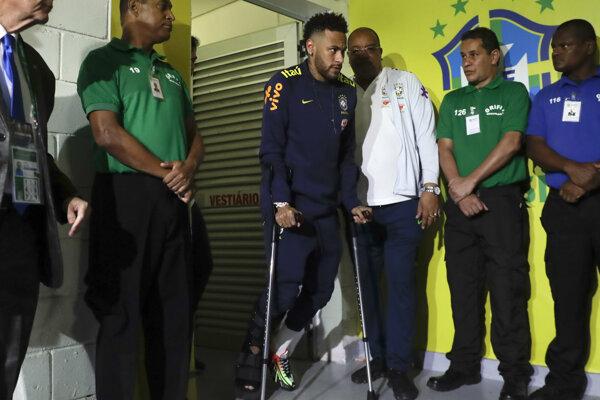 Neymar (v strede) po zranení.