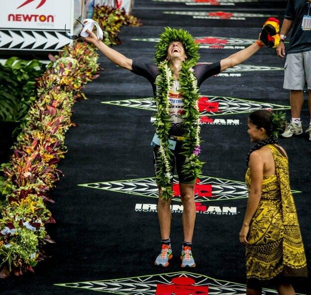 Kienle sa teší z víťazstva na havajskom Ironmanovi v roku 2014. Trať 226 km (3,8 km plávania - 180 km cyklistiky - 42,2 km behu) zvládol za 8:14 h.