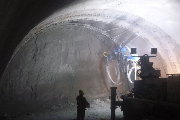 Razenie tunela rýchlo napreduje.
