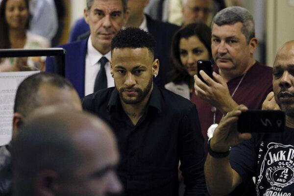 Neymar prichádza na vypočúvanie v kauze obvinenia zo znásilnenia.