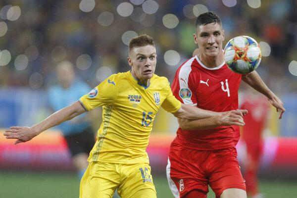 Zľava Viktor Cygankov a Nikola Milenkovič v zápase Ukrajina - Srbsko v rámci kvalifikácie na EURO 2020.