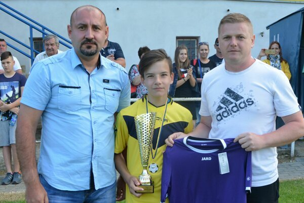 Titul v kategórii U13 si vybojovali hráči z Preselian. Vľavo predseda ŠTK Marián Čulák a vpravo člen Výkonného výboru ObFZ Topoľčany Ľuboš Meluš.