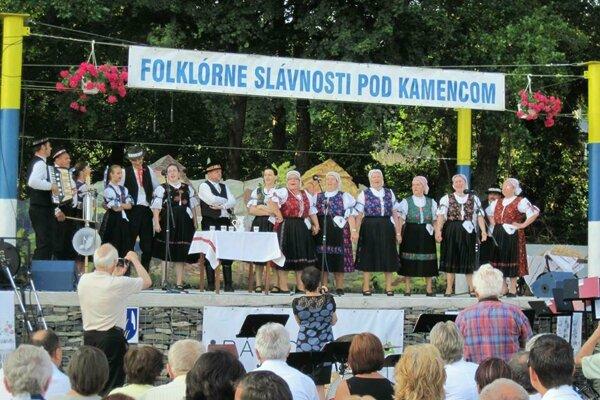 Folklórny súbor Vŕštek z Hostia.