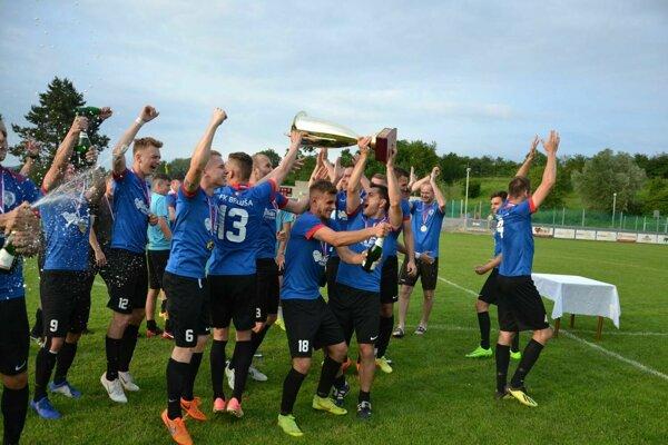 Historický moment pre futbal v Beluši - prvenstvo v 3. lige.