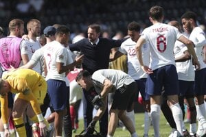 Tréner anglickej reprezentácie Gareth Southgate (uprostred) rozdáva inštrukcie počas zápasu o bronz v Lige národov 2018/2019.