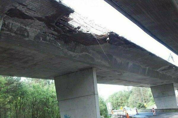 Diaľničný most pri Liptovskom Hrádku už nemožno opraviť.