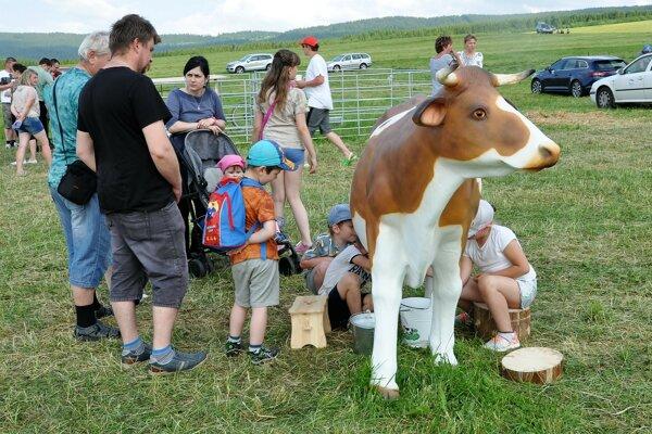 """Mladí farmári ukázali deťom, ako """"vzniká"""" mlieko."""