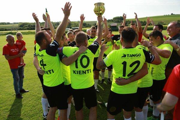 Očkovskí futbalisti si užili oslavy víťazstva v súťaži.