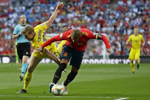 Emil Forsberg (vľavo) a Sergio Ramos v zápase kvalifikácie na EURO 2020 Španielsko - Švédsko.