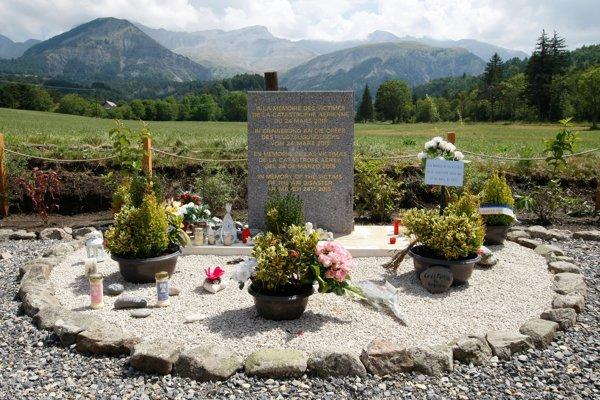 Spomienková tabuľa neďaleko miesta, kde lietadlo havarovalo.