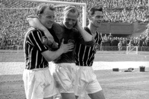 Bert Trautmann (v strede) hral za anglický tím Manchester City viac než päťsto zápasov a je jedným z dvoch Nemcov, ktorí sa stali v Anglicku futbalistami roka.