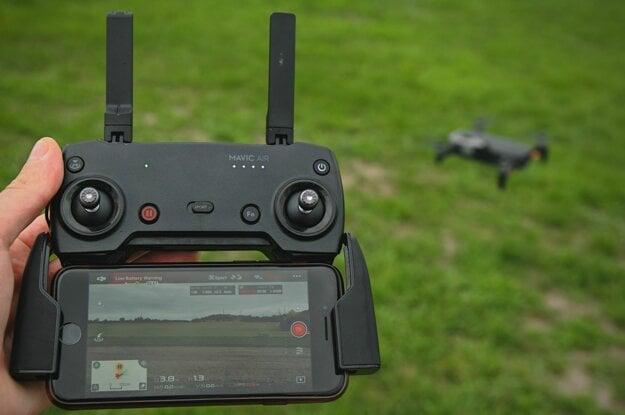 Ovládač, ktorým používateľ riadi dron.