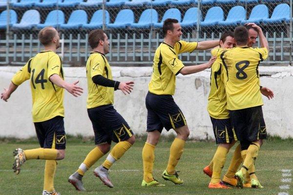 Radosť hráčov Horných Obdokoviec po víťaznom góle Guldana v 87. min.