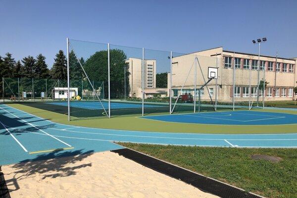 Nový ihrisko v areále ZŠ na Vančurovej.