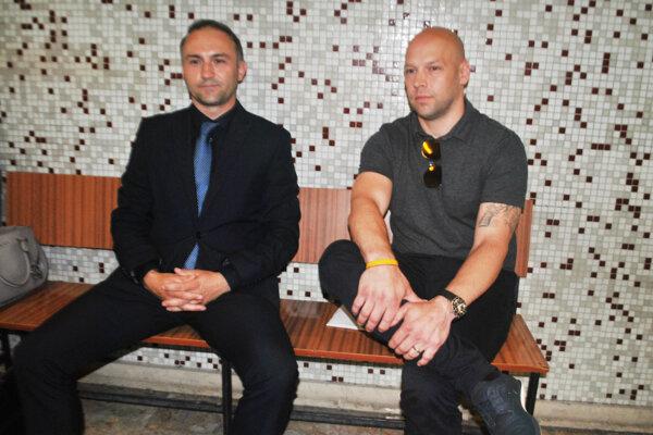 Pred pojednávaním na súde. Vpravo Jiří Bicek, vľavo právny zástupca Peter Majerník.