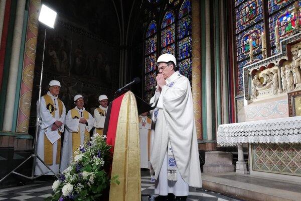 Michel Aupetit počas omše v Notre-Dame.