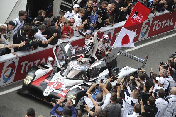 Víťazný tím Sebastien Buemi, Kazuki Nakadžima a Fernando Alonso.
