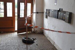 Škodám sa nevyhla ani  dláždená podlaha v dome na Mariánskom námestí.
