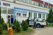 Polícia pred strojárskou firmou v Dubnici nad Váhom.
