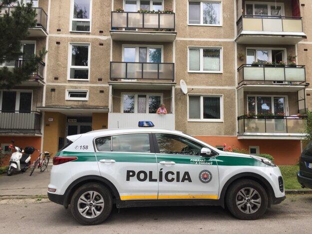 Polícia pred domom, kde mal bývať útočník.