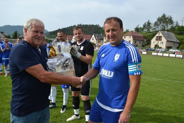 Dlhoročný hráč, kapitán a tréner Domaniže Milan Svoboda (vpravo) ukončil hráčsku kariéru.