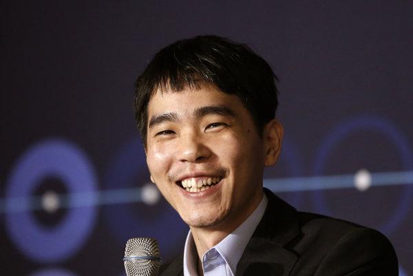 Li Se-dol po svojej prvej výhre v zápase.