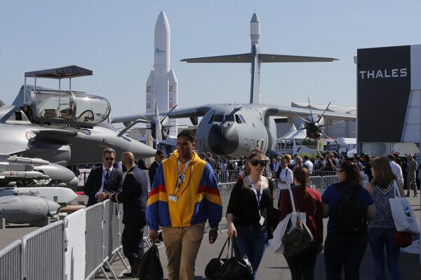 Návštevníci kráčajú na dráhe letiska počas 53. ročníka medzinárodnej leteckej šou Paris Air Show na letisku v Le Bourget pri Paríži.
