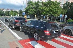 Tri autá zablokovali ľavý pruh.