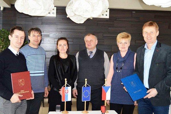 Starosta Babína Martin Matys (vľavo) astarosta veľkých Karlovíc Miroslav Koňařík (vpravo) držia vrukách zmluvy ospolupráci.