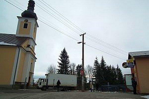 Nový bankomat sa nachádza vobecnej budove vcentre Hruštína.