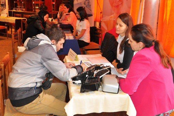 Ľudia bez práce absolvovali so zamestnávateľmi krátky pohovor.