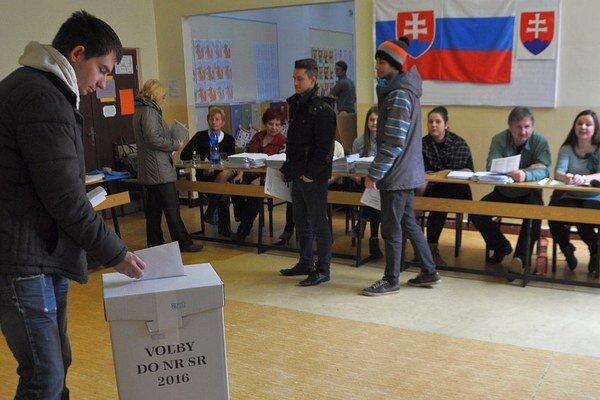 V urnách skončili ako prvé hlasovacie lístky zo zahraničia, postupne pribúdajú od domácich voličov.