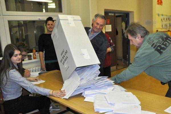 Začiatok spočítavania hlasov v jednom z dolnokubínskych okrskov.