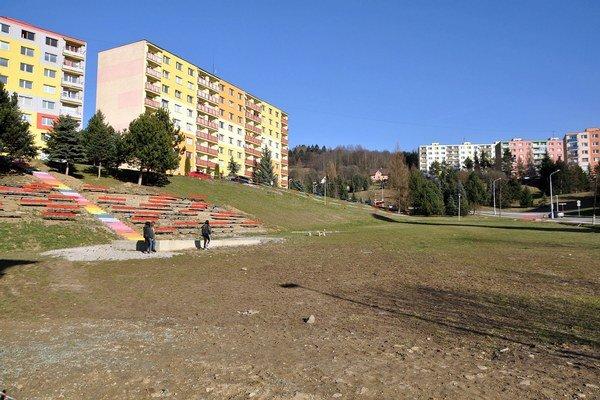Voľná plocha pri amfiteátri je pre detské ihrisko priam určená.