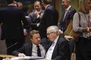 Na snímke zľava luxemburský premiér Xavier Bettel a predseda Európskej komisie Jean-Claude Juncker.