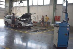 Na technickej a emisnej kontrole.