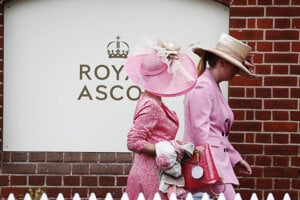 Návštevníčky počas druhého dňa prichádzajú na kráľovské konské dostihy v Ascote.