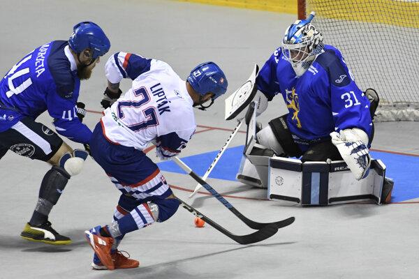 Na snímke uprostred Matúš Lipták (Slovensko), vpravo brankár Villehart Kuusamo, vľavo Taneli Marjeta obaja (Fínsko) vo finálovom zápase majstrovstiev sveta v hokejbale mužov Slovensko – Fínsko v Košiciach v sobotu 22. júna 2019.
